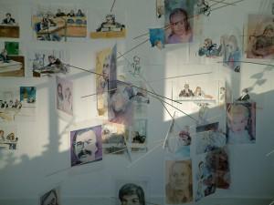"""Gerichtszeichnungen und Mobile """"Täter-Opfer"""" in der Ausstellung """"Zeit richten"""", Galerie Hengevoss-Dürkop Hamburg, 2004"""